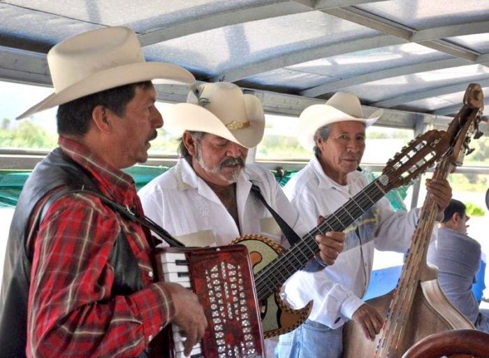 mariachis Isla de Janitzio Michoacan