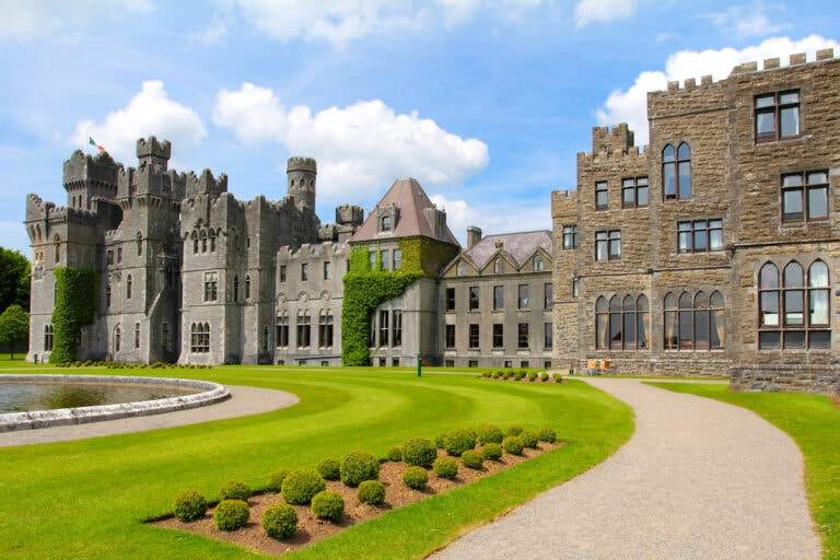 A luxury castle hotels in Ireland with garden. alnd
