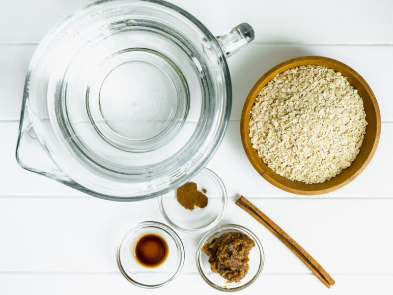 An aerial shot of the ingredients for agua de avena