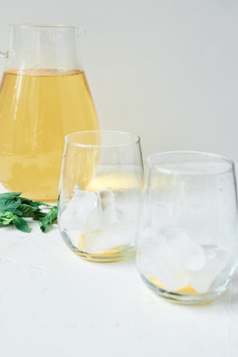 te de manzanilla in pitcher with ice in glasses