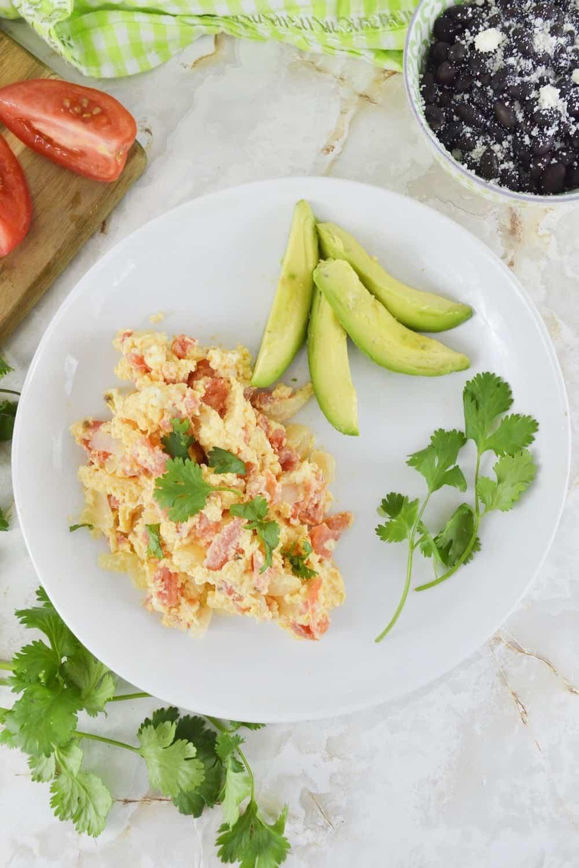 Huevos revueltos con tomate y cebolla.